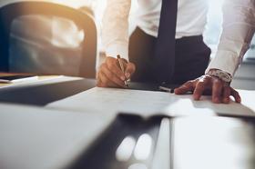 Business, Men, Anzug, Consulting, Büro, Mann, Unterschrift, Stift, Vertrag, Geld