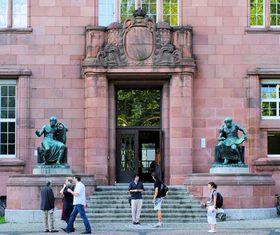 Eingang des Kolleggebäudes der Albert-Ludwigs-Universität Freiburg