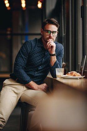Consultant mit Kaffe und Laptop