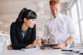 Consulting Praktikantin im Gespräch mit einem Consultant